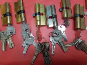 foto de varias cerraduras con sus llaves de servicios de cerrajería
