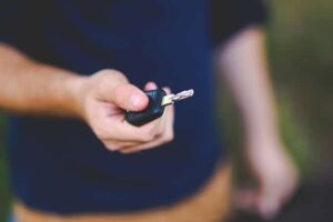 foto de hombre con llave de coche en la mano