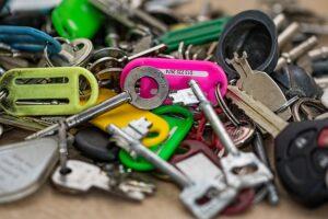 foto de muchas llaves y algunos llaveros