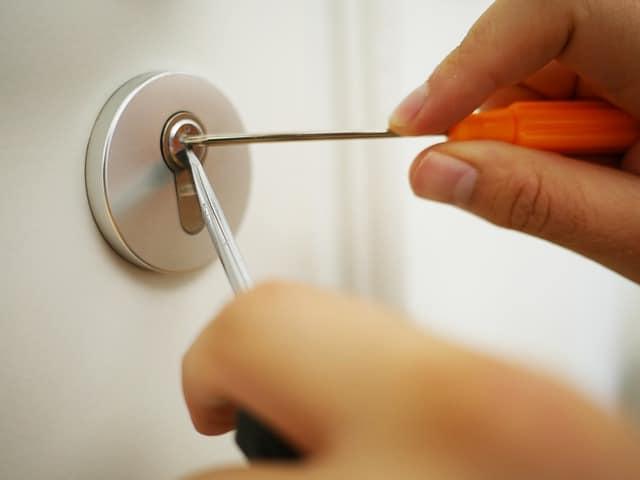 como abrir una puerta sin llamar a un cerrajero